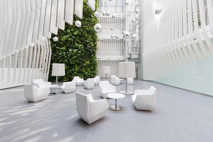 espace-collaboratif-design-avec-plantes-au-bureau